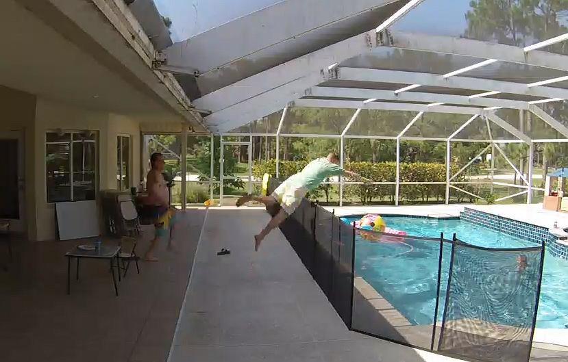 Floryda, USA. Chłopiec wpadł do basenu, ojciec wskoczył za nim, aby go wyciągnąć