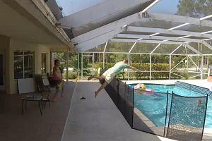 Tylko refleks ojca uratował jego synka przed utonięciem w basenie. Nagranie ku przestrodze