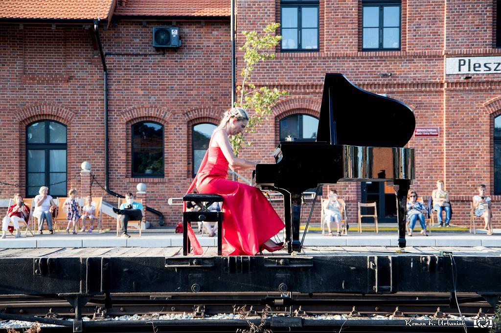 Koncert między torami z jednej strony Zajezdnia Kultury z drugiej Biblioteka Publiczna MiG. Gra Maria Rutkowska z Akademii Muzycznej w Poznaniu