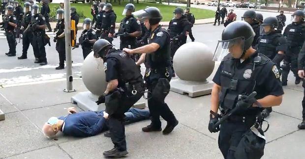 Dwóch policjantów zostało zawieszonych za brutalność
