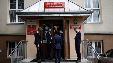 I LO z Oddziałami Integracyjnymi im Bolesława Limanowskiego w Warszawie. Spóźniony początek matur z powodu pandemii, 8 czerwca 2020 r.  Maturzyści podchodzą do pisemnego egzaminu z języka polskiego, z zachowaniem zasad reżimu sanitarnego