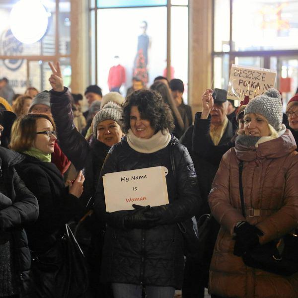 Projekt 'Ratujmy Kobiety' odrzucony. Protest pod pręgierzem