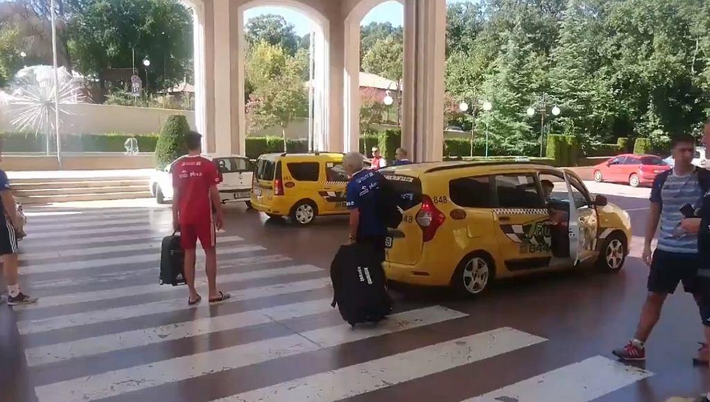 Siatkarze reprezentacji Polski jadą na trening taksówkami