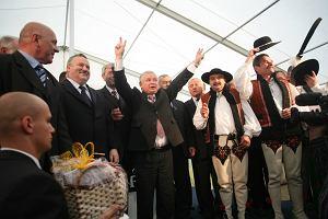 Idzie Kaczyński przez polską wieś