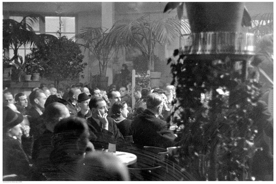 Publiczność w warszawskim lokalu Adria. Data wydarzenia: 1940-03.
