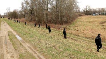 Policja przeszukuje teren na Kępie Tarchomińskiej, na którym znaleziono szczątki zamordowanej 28-latki