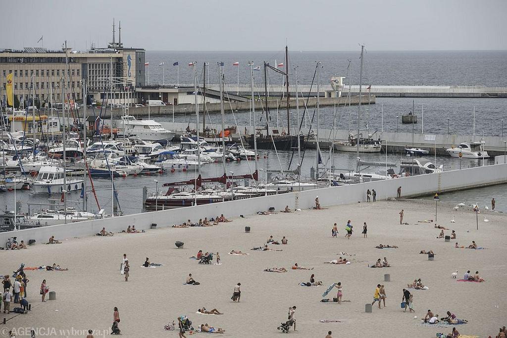 Widok na plażę w Gdyni (fot. Łukasz Głowala / Agencja Gazeta)