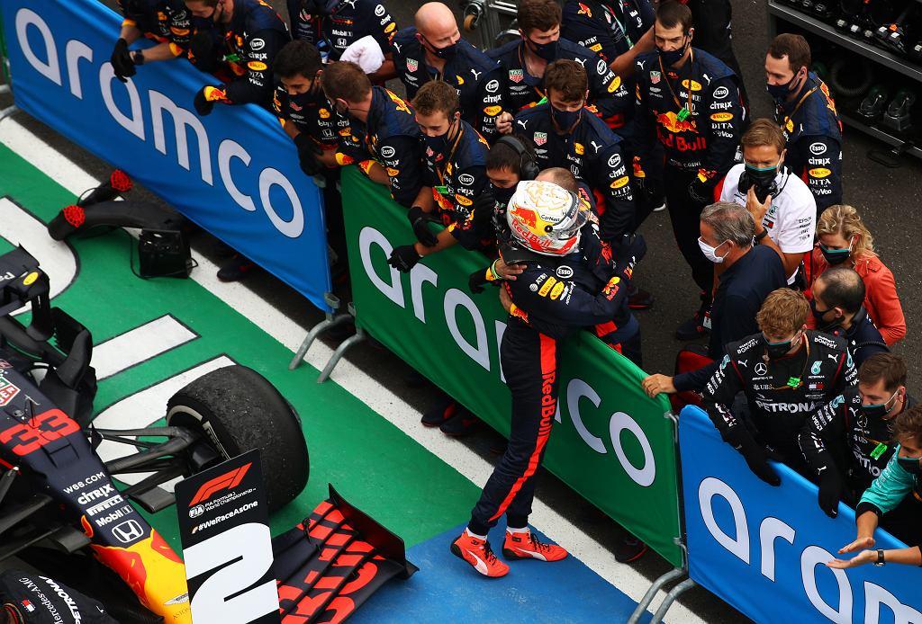 Max Verstappen cieszy się z teamem Red Bulla/ F1 Grand Prix of Hungary