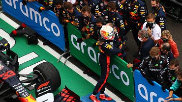 Max Verstappen cieszy się z teamem Red Bulla/ F1 Grand Prix of Hungary