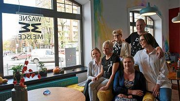 Kawiarnia Ważne Miejsce w Katowicach. Monika Szymborska (pierwsza z prawej) z grupą wolontariusz