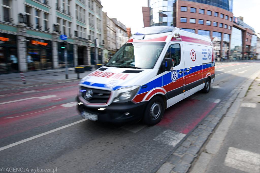 Ząbki. Samochód wjechał w karetkę, która przewoziła pacjentkę (zdjęcie ilustracyjne)