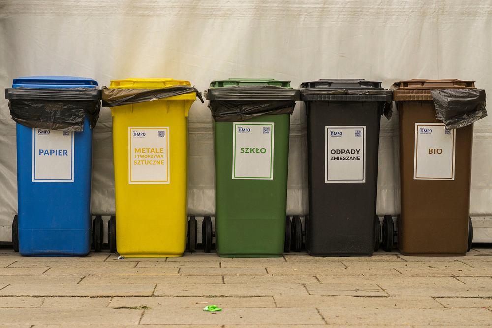 Jak segregować odpady? Pomóż chronić środowisko i przestrzegaj zasad, dotyczących sortowania śmieci. Zdjęcie ilustracyjne