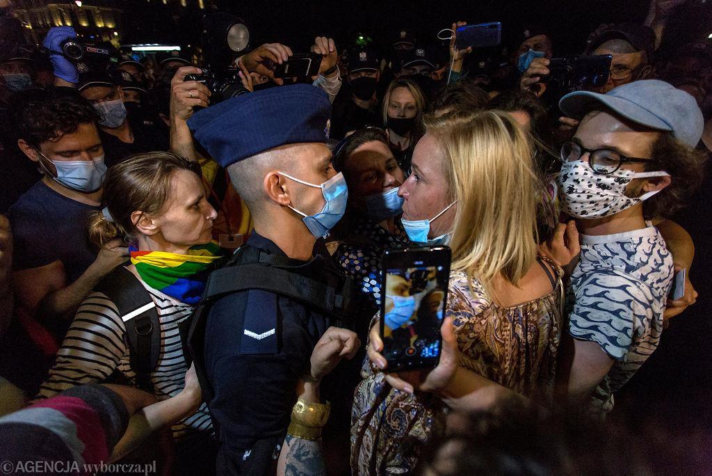 Interwencja policji na Krakowskim Przedmieściu podczas wiecu w obronie aktywistki Margot. Na zdjęciu z funkcjonariuszem rozmawia posłanka KO Magdalena Filiks