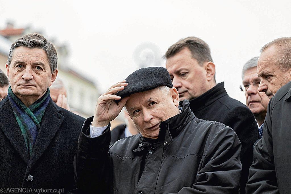 10.12.2017, Warszawa, marszałek Sejmu Marek Kuchciński i prezes PiS Jarosław Kaczyński podczas obchodów 92. miesięcznicy smoleńskiej.