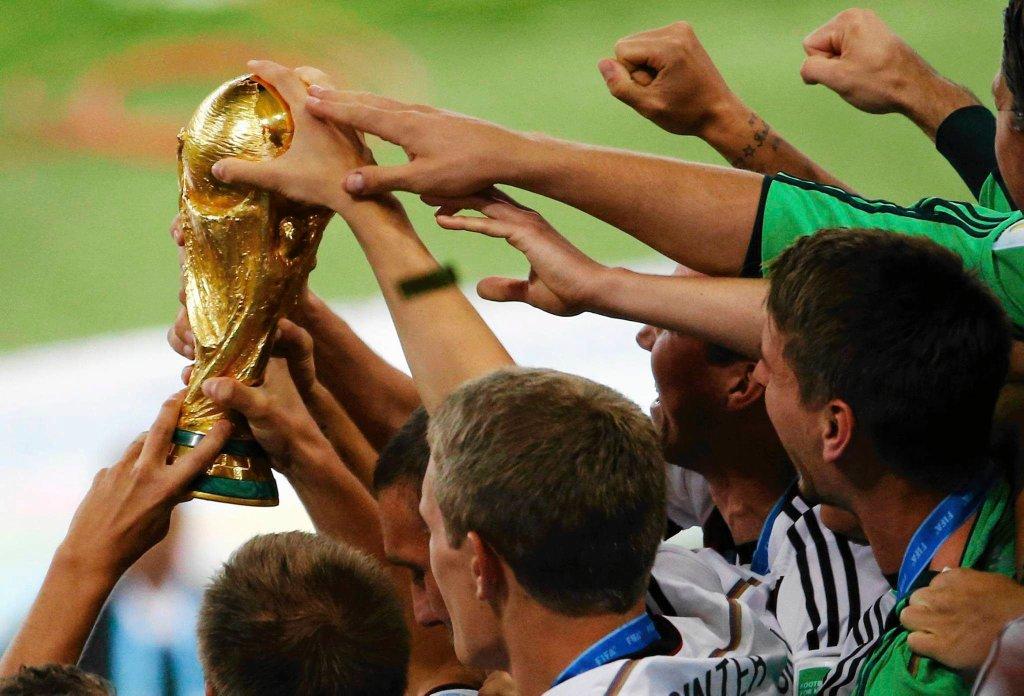 Puchar w rękach Niemców