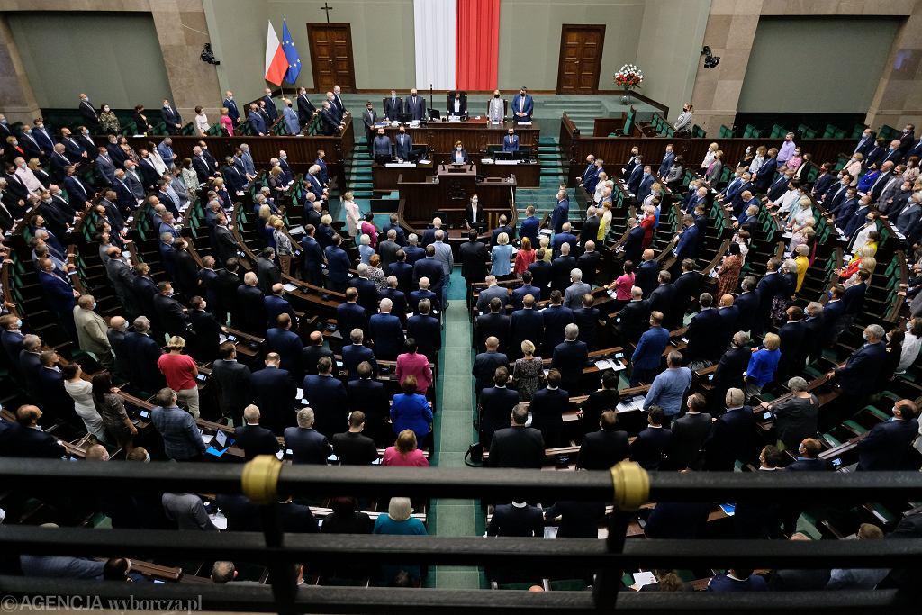 Posłowie podczas wieczornego bloku głosowań uczcili Powstanie Poznańskie - Czerwiec 1956. Warszawa, Sejm, 24 czerwca 2021
