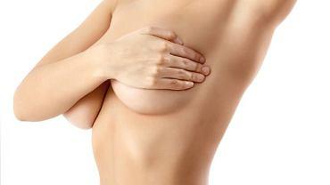 Mastodynia, czyli ból piersi może być konsekwencją zaburzeń hormonalnych lub złej diety