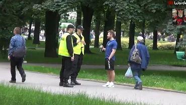 Performer Sylwester Wardęga prowokuje policjantów