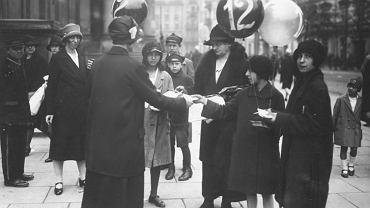 Rok 1927. Kobiety agitujące w dniu wyborów na pl. Trzech Krzyży przy kościele św. Aleksandra. W tle zabudowa u wylotu ul. Książęcej.