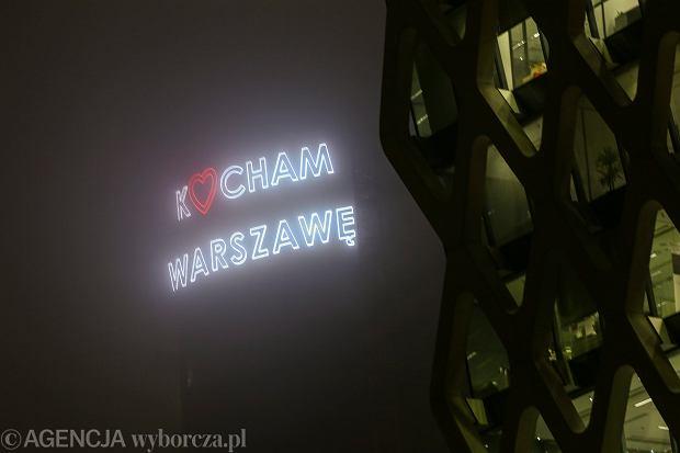 Neon na budowanym wiezowcu Warsaw Spire