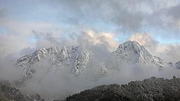 Śnieg w Tatrach. TOPR ostrzega przed trudnymi warunkami w górach