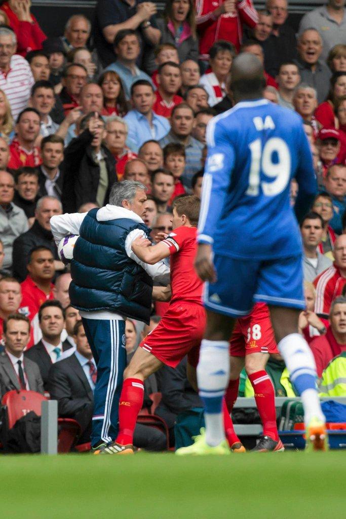 Na boiskach Premier League Jose Mourinho i jego Chelsea namieszali w pierwszej trójce, wygrywając z Liverpoolem na Anfield Road. Tutaj Portugalczyk 'kradnie' czas w doliczonym czasie gry, nie chcąc oddać piłki kapitanowi 'The Reds' Stevenowi Gerrardowi