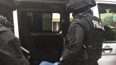 Policjanci zatrzymali mężczyznę, który groził pracownikowi sklepu, gdy ten zwrócił mu uwagę na brak maseczki.