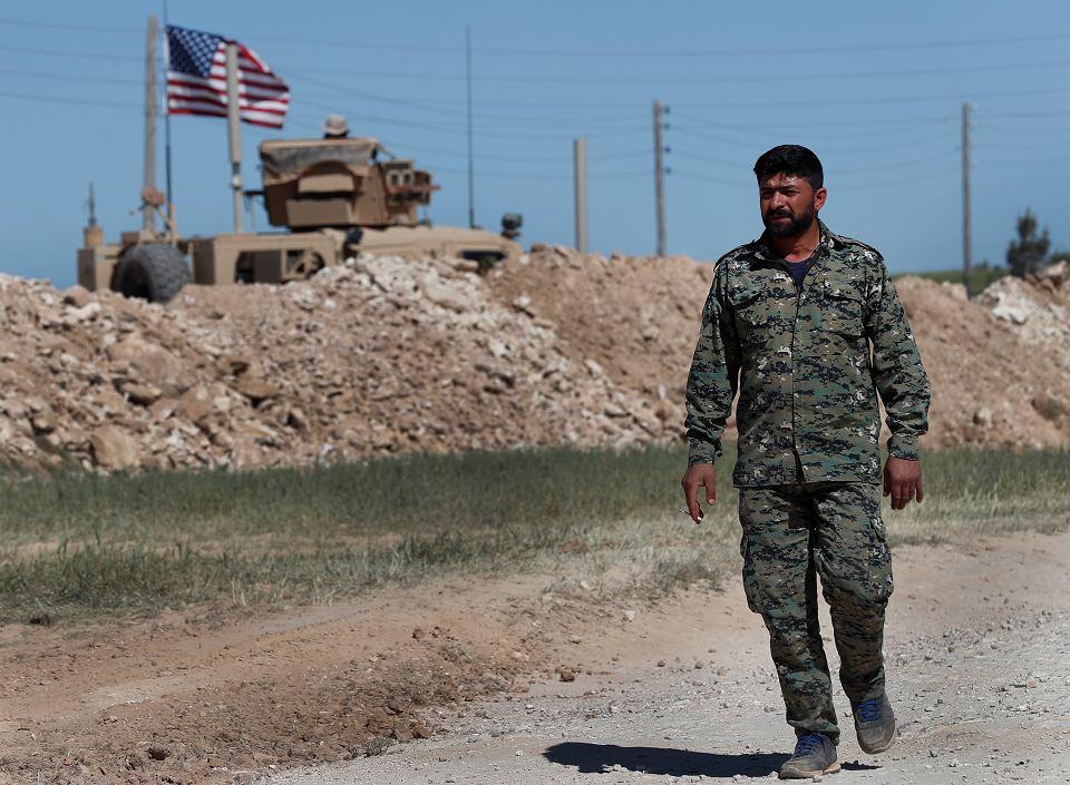 Syryjski doradca wojskowy amerykańskich sił mija pozycje wojsk USA w mieście Manbidż na północy Syrii, w pobliżu linii frontu. 4 kwietnia 2018 r.