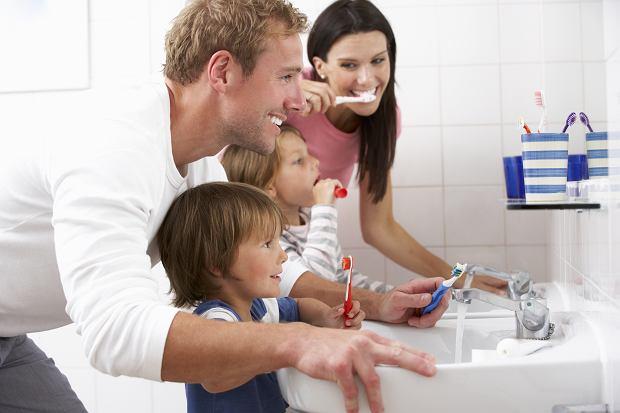 Twoje dziecko nie chce myć zębów? Triki rodziców, jak je do tego przekonać