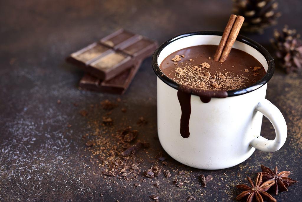 Gorąca czekolada to napój, który z łatwością przygotujemy samodzielnie w domu. Zdjęcie ilustracyjne
