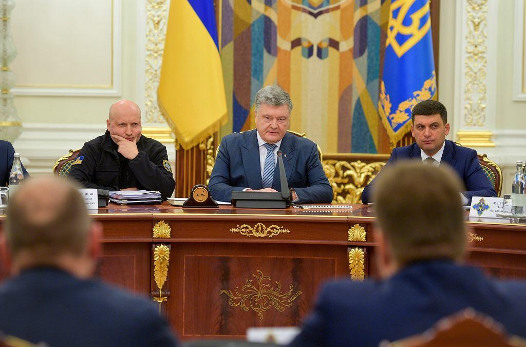 Ukraina. Prezydent Poroszenko (w środku)