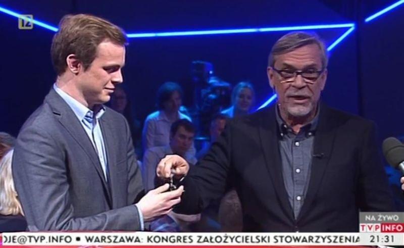 Jacek Żakowski przegrał zakład, wręcza kluczki do fiata 126p działaczowi PiS