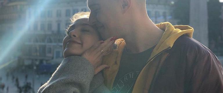 Miłość Adama Zdrójkowskiego i Wiktorii Gąsiewskiej kwitnie. Aktor dodał romantyczne zdjęcie