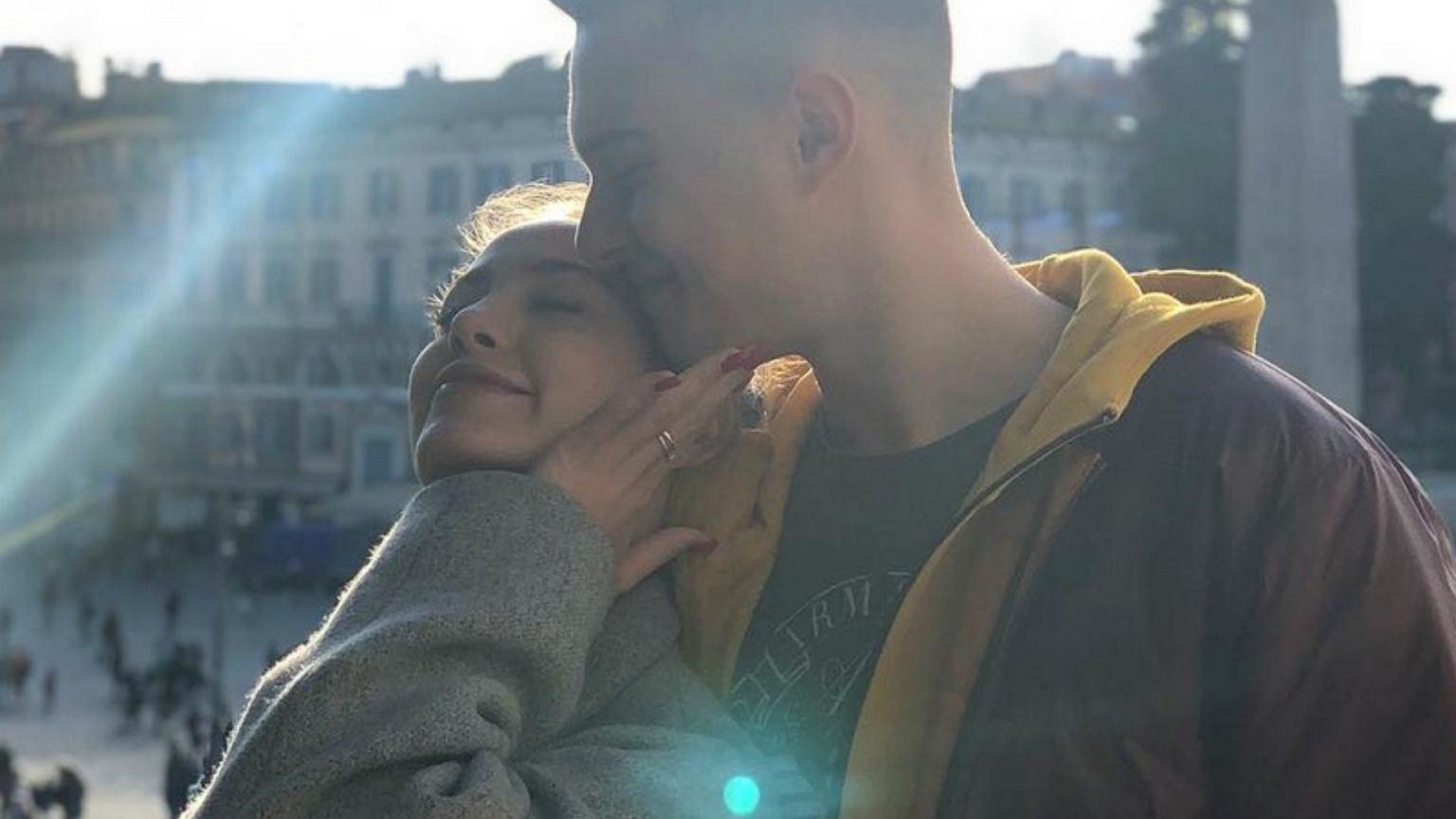 Miłość Adama Zdrójkowskiego i Wiktorii Gąsiewskiej kwitnie. Aktor pochwalił się romantycznym zdjęciem z ukochaną.