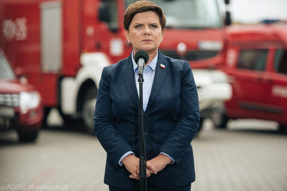 Premier Beata Szydło podczas konferencji w remizie w Chojnicach.
