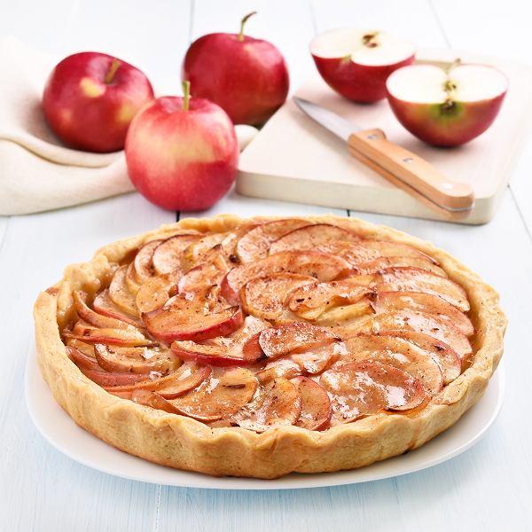 Ciasto z jabłkami najczęściej kojarzy się nam z szarlotką, ale z jabłek można wyczarować też pyszny strudel, galette czy amerykańskie apple pie. Oto 5 przepisów na ciasta z jabłkami.