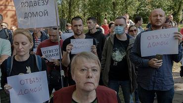 Centrum Odosobnienia dla Zatrzymanych ( potocznie izolator ) - areszt w Mińsku. Bliscy oczekują na jakiekolwiek wieści o zatrzymanych podczas protestów po sfałszowanych przez Łukaszenkę wyborach prezydenckich. Białoruś, 13 sierpnia 2020