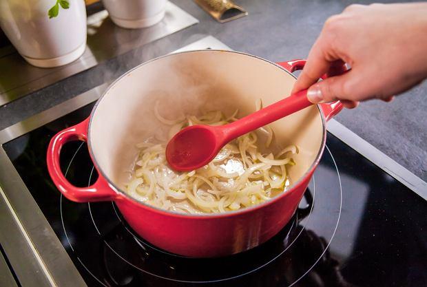 To skarmelizowana cebula i koper włoski nadają daniu smak i aromat.
