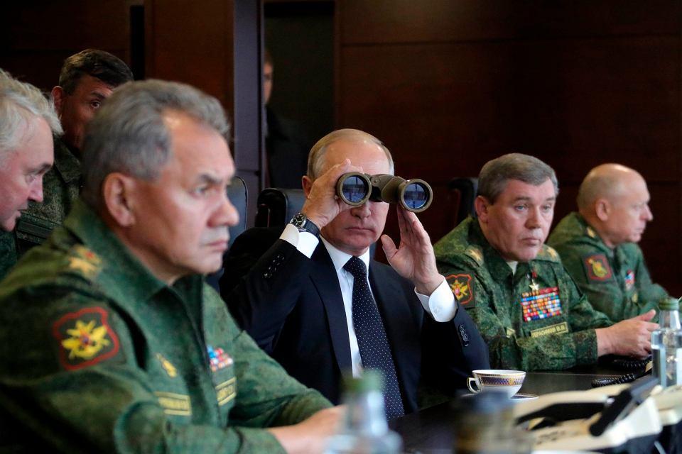 Władimir Putin obserwuje manewry Zapad 2017 na poligonie Łużskim pod Petersburgiem