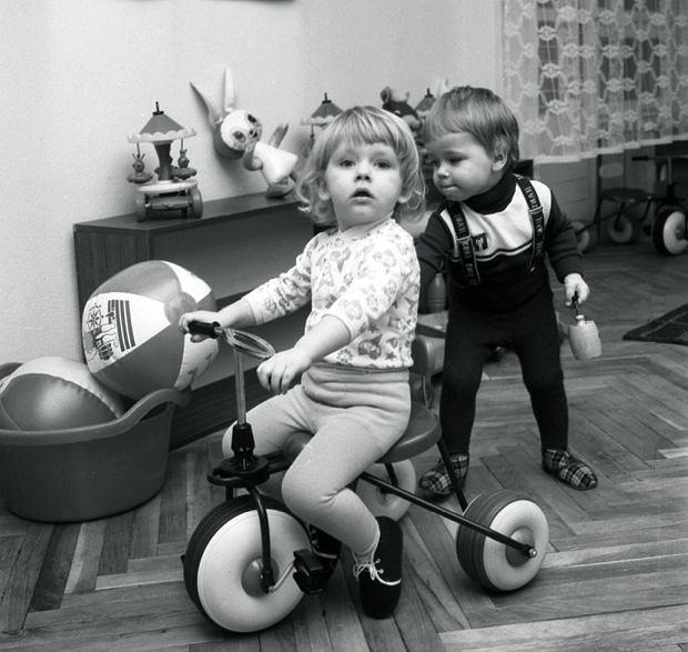 Dzieci w żłobku przy ulicy Kmicica, Warszawa, 10.12.1979.