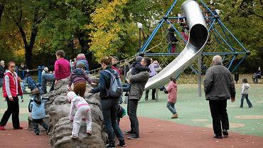 Warszawa w dniu referendum - rodzice zabrali z domu dzieci na plac zabaw w Parku Żeromskiego.