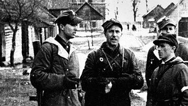 Romuald Rajs 'Bury' (drugi z lewej) w Turgielkach niedaleko Wilna w kwietniu 1944 roku.
