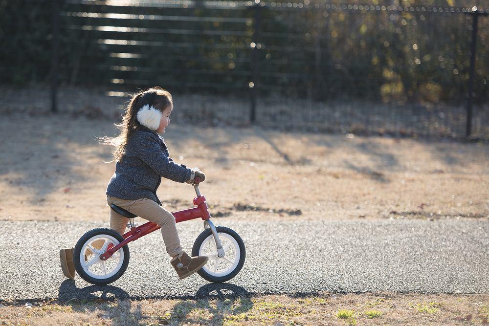 Dzieci, by ćwiczyć zmysł równowagi, powinny jeździć na hulajnodze, rowerze biegowym czy deskorolce, a także skakać na jednej nodze