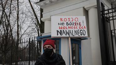 Iwan Wyrypajew na proteście pod ambasadą Rosji