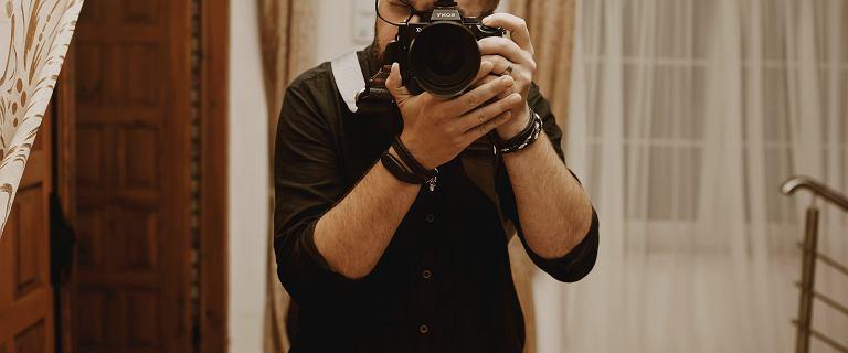 Michał robi zdjęcia do CV za darmo. Pomaga tym, którzy stracili pracę przez epidemię