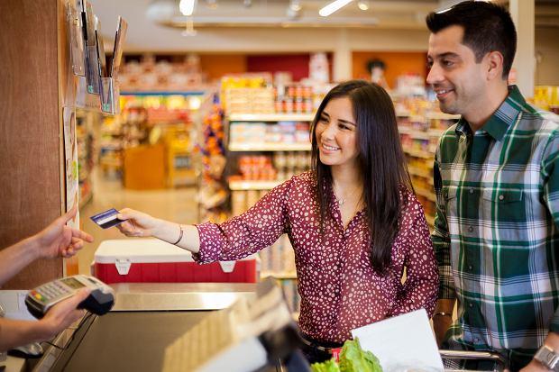UOKiK: klienci płacili za karty debetowe, choć miały być za darmo