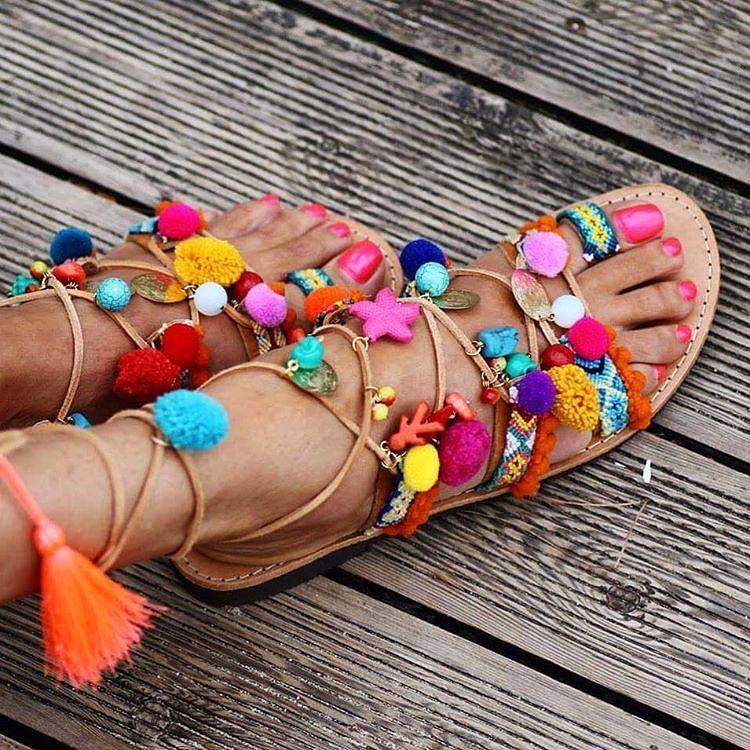 Sandały z pomponami - oryginały marki Alameda Turquesa pochodzą z Portugalii