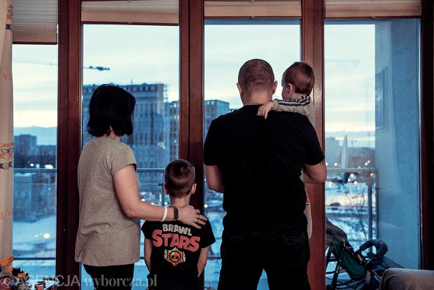 Władimir, Ałła, Rinat (8 lat) i Timofej (rok i 7 miesięcy). Wciąż boją się pokazywać twarzy. OMON ma ich komputery, może z łatwością sprokurować nowe zarzuty
