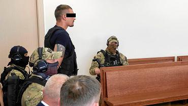 6 lipca 2018 r. Proces gangu 'Dreksa'. Na zdjęciu Paweł P., pseudonim 'Ramzes', w towarzystwie ochraniających go policjantów CBŚ
