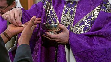 Pandemia koronawirusa. Komunia święta 'na rękę' w Kościele św. Franciszka w Paryżu. Francja, 1 marca 2020